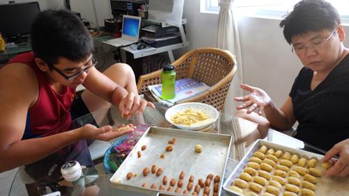 My mum making pineapple tarts 2013