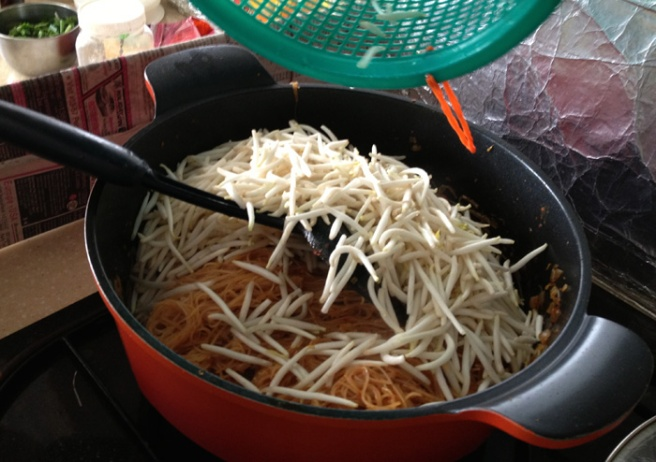 Thoroughly stir fry the bean sprouts with the noodles